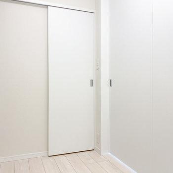 【洋室2.6帖】扉をみつけました。※写真は5階の同間取り別部屋のものです