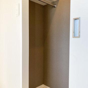 【洋室2.7帖】左の扉はウォークインクローゼットでした!※写真は5階の同間取り別部屋のものです