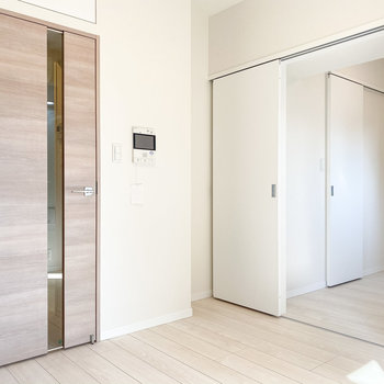 真ん中で仕切らなければ合わせて約7.5帖ほどの空間。※写真は5階の同間取り別部屋のものです