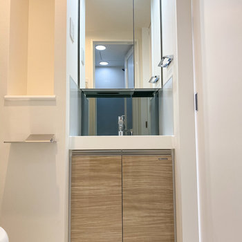 続いてはサニタリーへ。鏡の広い独立洗面台で朝の準備も楽々◎※写真は5階の同間取り別部屋のものです