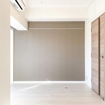 【洋室4.8帖】こちらにはローテーブルが似合いそう。※写真は5階の同間取り別部屋のものです