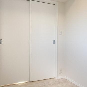 【洋室2.7帖】閉めても後ろに窓があるため明るいんです。※写真は5階の同間取り別部屋のものです