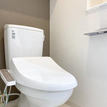 もちろん温水洗浄付き。上にも収納が…!※写真は5階の同間取り別部屋のものです