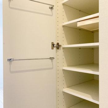 シューズボックスは傘なんかも収納できますよ。※写真は5階の同間取り別部屋のものです