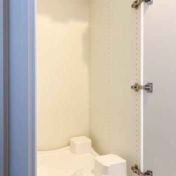洗濯機置き場は玄関横に。扉で隠せます。※写真は5階の同間取り別部屋のものです