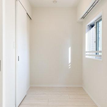 【洋室2.7帖】ややコンパクトめですがベッドはこちらに。※写真は5階の同間取り別部屋のものです