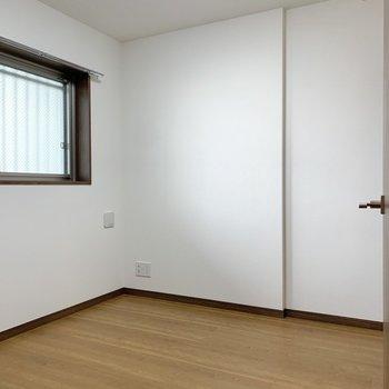 玄関脇にもうひとつの洋室があります。