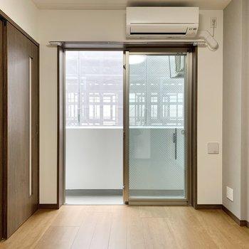 【洋室5.2帖】エアコン付きです。寝室に良さそうですね。