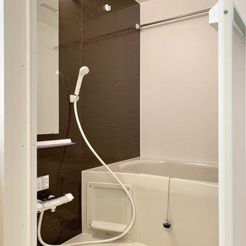 反対側に浴室があります。鏡の横には棚がありましたよ。