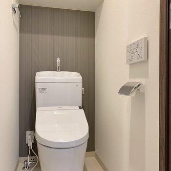脱衣所のお向かいさんがトイレです。棚にトイレ用品をコンパクトに収納しましょう。