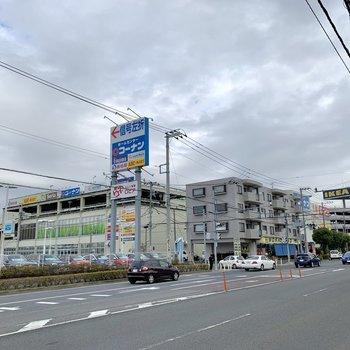 歩いて5分ほどの場所に商業施設があります。