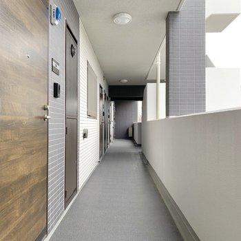 共用部にもウッディな柄の扉が見られます。
