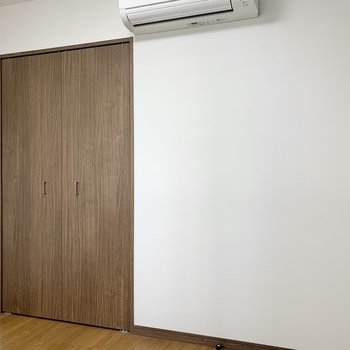 【洋室4.3帖】窓側を背に。エアコンや収納はここにもありますよ。