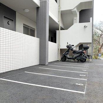 エントランス脇にバイク置き場があります。