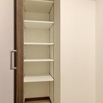 シューズボックスは奥行きがあり、アウトドア用品も置けそうなゆとりがあります。
