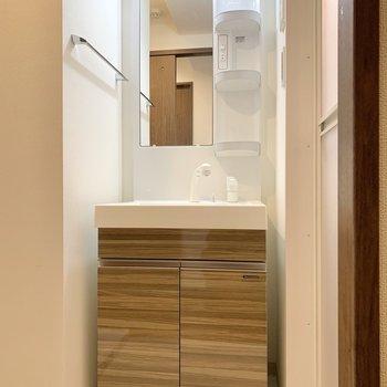 脱衣所です。正面には左右が空いた洗面台。