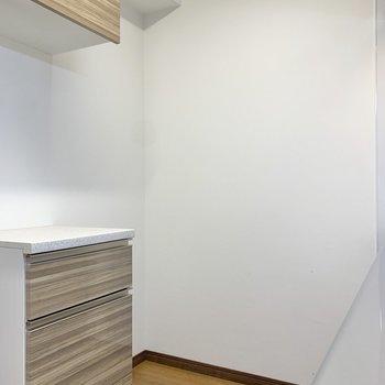 【DK】反対側に、電子レンジや冷蔵庫が置けます。