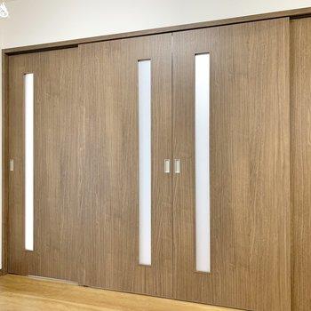 【DK】真ん中の2つの扉だけが可動です。