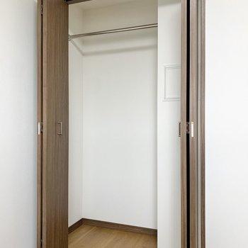 【洋室4.3帖】さきほどの洋室の収納の倍くらいの容量がありました◎