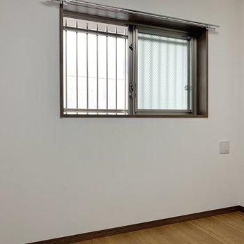 【洋室4.3帖】共用部に面する窓なので、格子付きです。