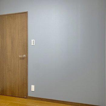 【洋室4.3帖】サイドはさわやかなブルーのクロス。クリアな棚が似合いそうです。