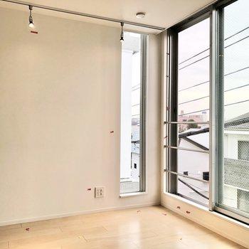 【洋室②】窓を開けると風通しもいいですね。