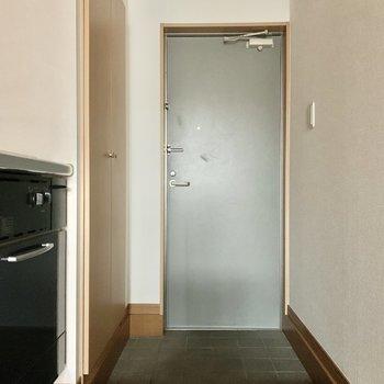玄関は2人同時に入れるくらい。