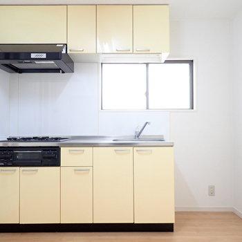 キッチン横には冷蔵庫。窓が嬉しいですね。