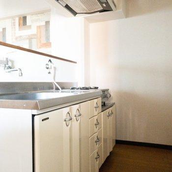 キッチンの後ろのスペースが少し狭め。