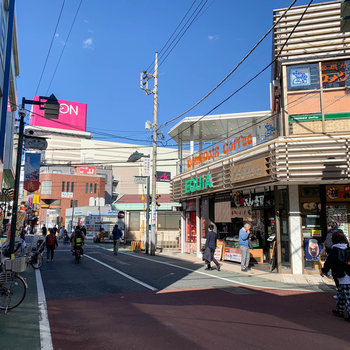 駅周辺はお店が充実しています。