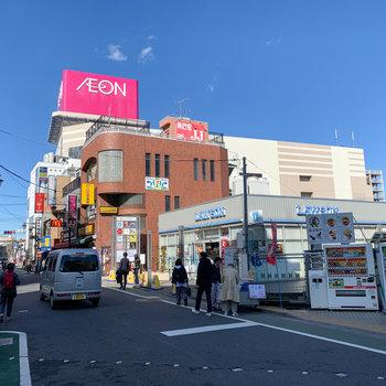 駅の反対側にはさらにお店が充実。多ジャンルの飲食店や映画館があります。