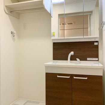 シャワーノズルの洗面台。洗濯機置き場の上にも棚があります。※写真は前回募集時のものです