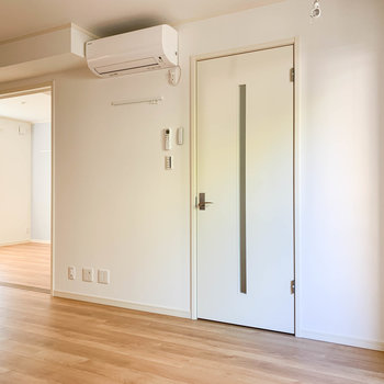 【LDK】廊下への扉。右奥に洋室。※写真は前回募集時のものです