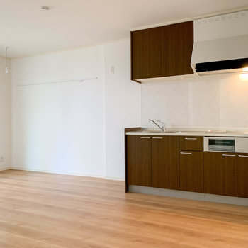 【LDK】キッチンの横は広い空間。家具も配置しやすい。※写真は前回募集時のものです