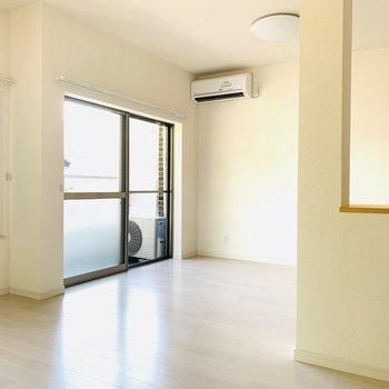 このお部屋には計4つの窓。やわらかな陽がお部屋に降り注ぎます。(※お部屋は通電前です。)
