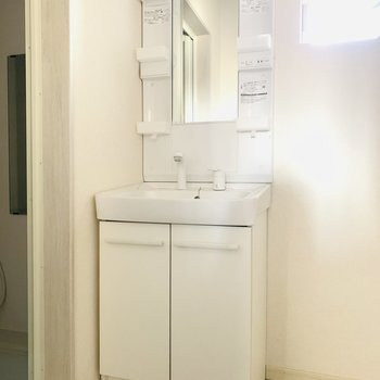真っ白な洗面台。シンプルかつ清潔感があります。(※お部屋は通電前です。)