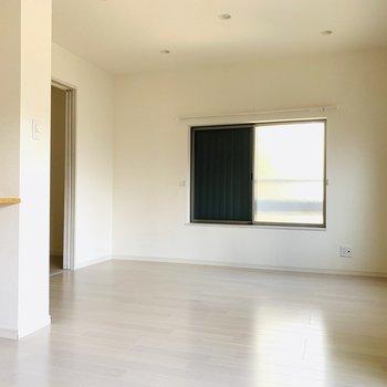 白で統一された床と壁、より一層広さを際立たせてくれます。(※お部屋は通電前です。)