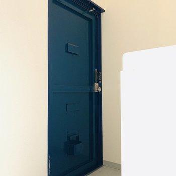 渋めのブルーの玄関が可愛い。(※お部屋は通電前です。)