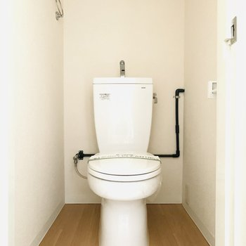 シンプルなトイレ。植物をちょこんと置いてステキに仕上げたい。(※お部屋は通電前です。)