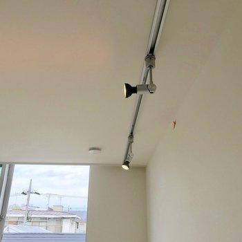 【西側洋室】ライティングレール が可愛い。※写真は別棟の反転間取り別部屋のものです