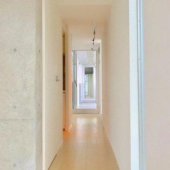 廊下にはキッチンとトイレがあります。ここを通ると玄関横の洋室に繋がります。※写真は別棟の反転間取り別部屋のものです