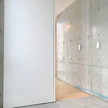 ここにもスライド式の扉。※写真は別棟の反転間取り別部屋のものです