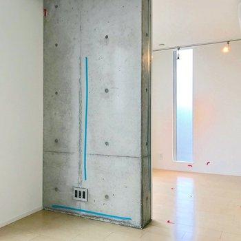 【東側洋室】真ん中の仕切りを考えて、インテリアを配置するといいですね。※写真は別棟の反転間取り別部屋のものです