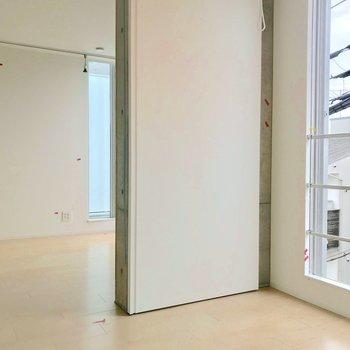 【西側洋室】居室は左右対称の2部屋が繋がっているようなイメージ。※写真は別棟の反転間取り別部屋のものです