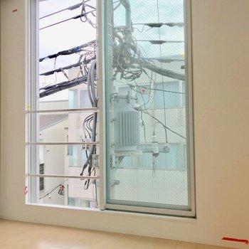 【西側洋室】電柱がなんだか現代アートに見える。※写真は別棟の反転間取り別部屋のものです
