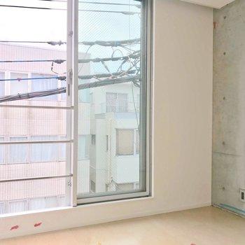 【西側洋室】大きな南向きの窓ですね。※写真は別棟の反転間取り別部屋のものです