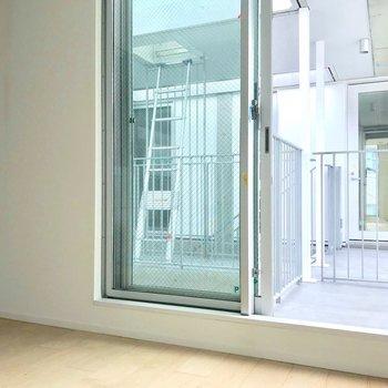 こちらは玄関横のお部屋。※写真は別棟の反転間取り別部屋のものです