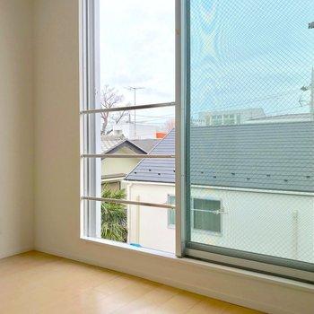【東側洋室】窓が全開になるので、落下防止の柵がついた気配り。※写真は別棟の反転間取り別部屋のものです