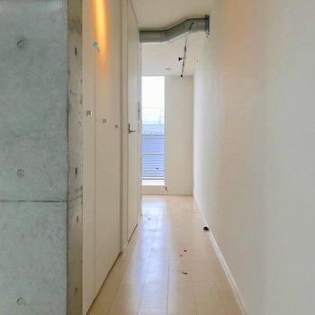 玄関側の廊下には収納とサニタリールーム。※写真は別棟の反転間取り別部屋のものです