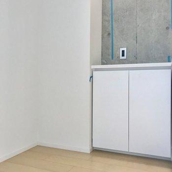 ゆったりしていて大きめの冷蔵庫もおけそうです。※写真は別棟の反転間取り別部屋のものです